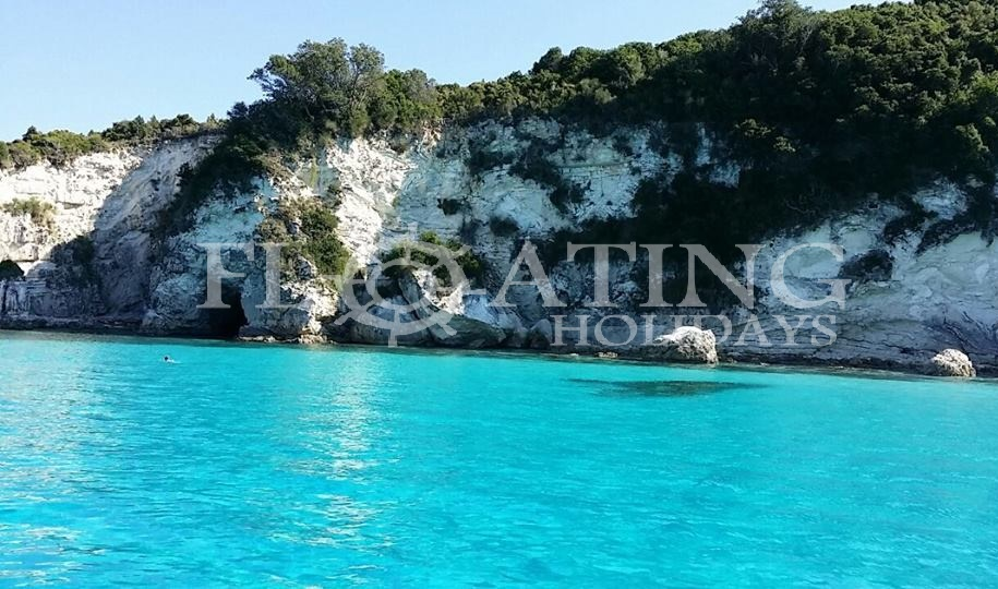 piscine-pool-antipaxos-clear-water